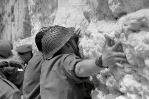 soldats-israc3a9liens-devant-le-mur-des-lamenc2adtations-c3a0-la-fin-de-la-guerre-des-six-jours-en-1967