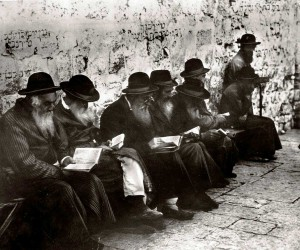 jewish_men_pray_at_the_wailing_wall_1929